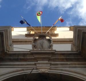 palazzo municipale bandiere