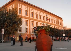 palazzo municipale al tramonto