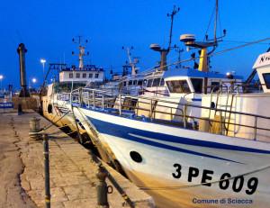 porto di sciacca con pescherecci di notte