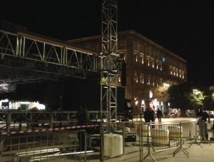 palazzo municipale con palco in allestimento