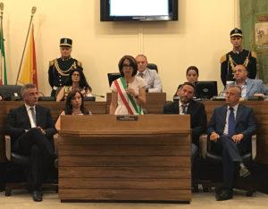 sindaco francesca valenti con assessori in consiglio comunale